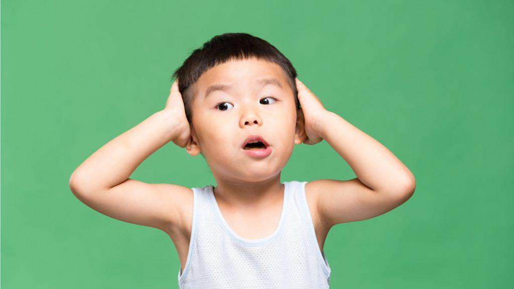 niño tapandose orejas - El insoportable picor de oído se llama eccema ótico