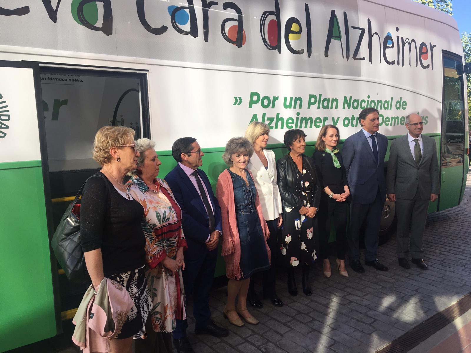 """Autoridades exterior bus - CEAFA lanza la campaña """"la nueva cara del Alzheimer"""" para una mayor concienciación de la enfermedad"""